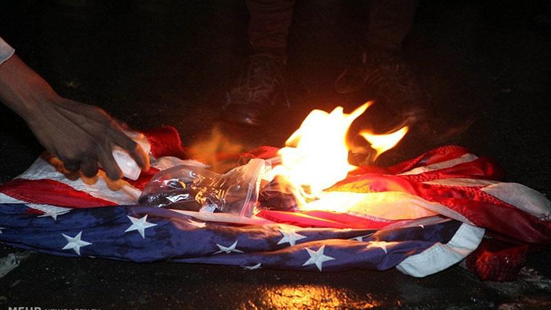 نسل پرستی مخالف مظاہرین نےامریکی پرچم نذر آتش کیا
