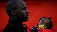 Jedan ilegalni migrant s djetetom nakon spašavanja iz Mediteranskog mora