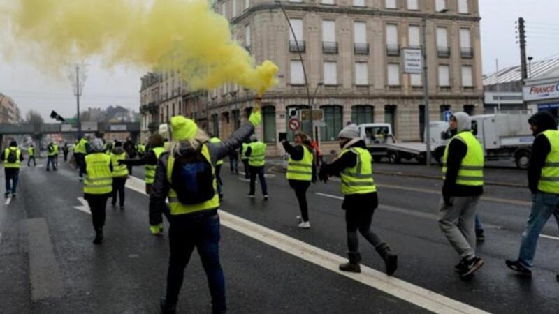 فرانس میں اقتصادی معاشی پالیسوں کے خلاف پیلی جیکٹ کے مظاہرے