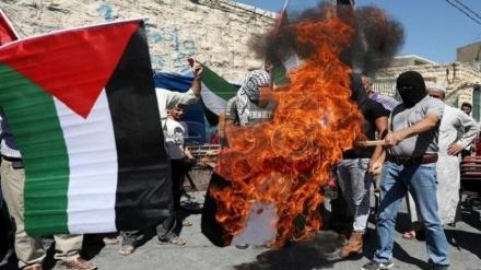 قبلہ اول بیت المقدس سے خیانت کرنے پرعرب امارات کا پرچم نذرآتش