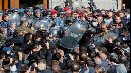 Ermənistanda polislə etirazçılar arasında toqquşma olub, saxlanılanlar var