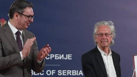 Vučić uručio orden negatoru genocida Handkeu