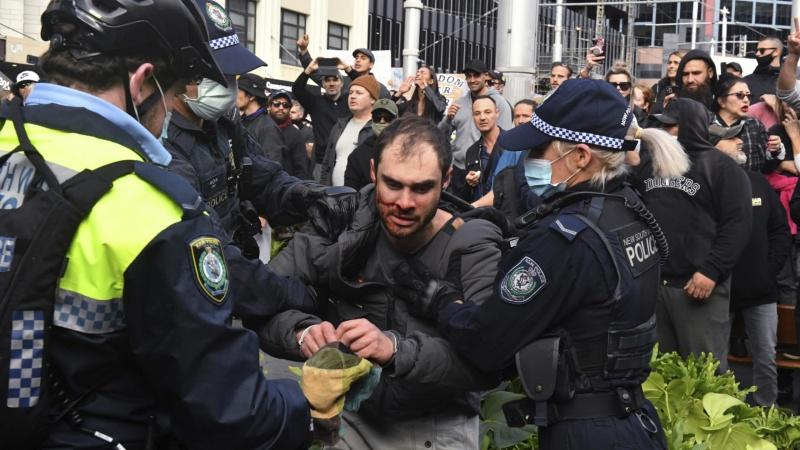 Demonstracije protiv vladinih restrikcija u Melbourneu prerasle u nasilje