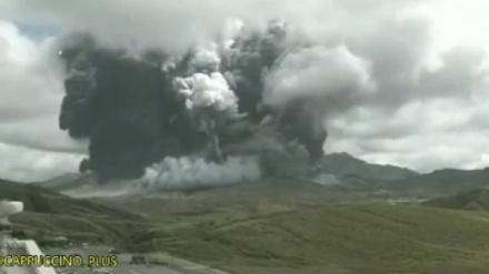 جاپان، آتش فشاں پھوٹنے سے لوگوں میں خوف و ہراس۔ ویڈیو